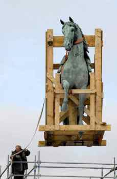 0007_Levitation_Statue-equestre_Louis XIV_Versailles_Jacques-de-Givry