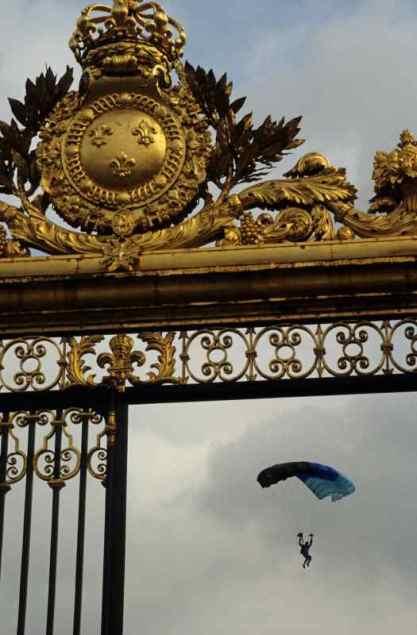 0018_parachute_Grille-d-Honneur_Versailles_Jacques-de-Givry